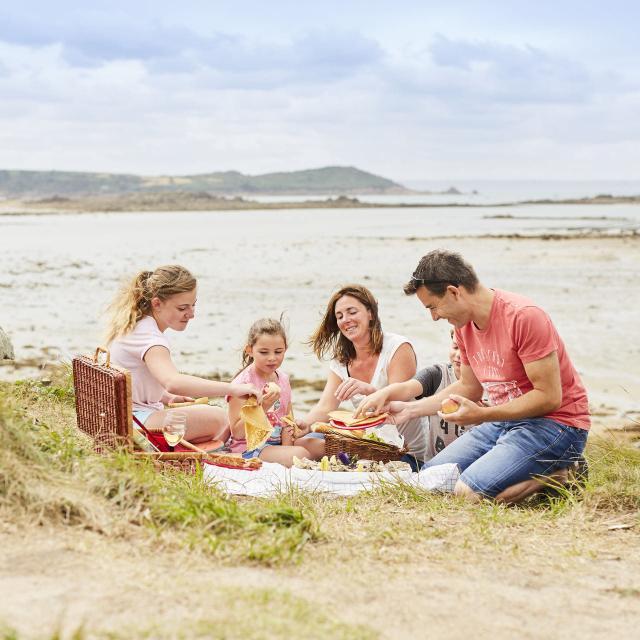 Pique-nique en famille en bord de mer