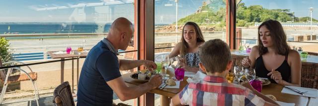 Repas en terrasse en famille sur la plage de Tresmeur à Trébeurden