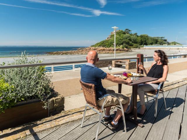 Repas en terrasse sur la plage de Tresmeur à Trébeurden