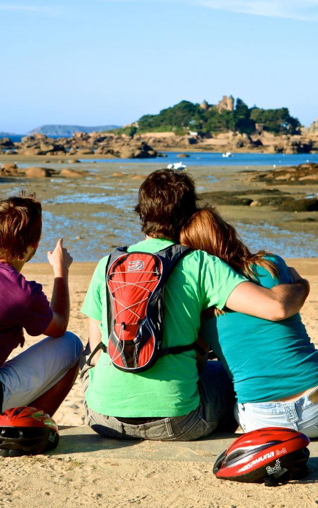 Entre amis devant Costaérès à la plage de Tourouny - Trégastel